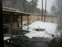 冬は、雪を見ながらポッカポッカ温まれる天然温泉の露天風呂