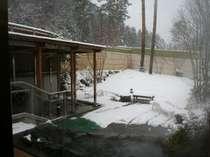 寒~い冬には、天然温泉の露天風呂が温めてくれます。晴天時には、冠雪の北アルプスがお出迎え