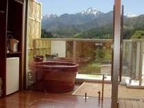 露天風呂付客室からは、北アルプスの名山常念岳が間近に