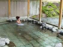 天然温泉の露天風呂は、ゆったりと旅の疲れを癒してくれます。
