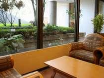 ロビーから望む中庭には、周辺の山々からの山野草がお客様をお出迎え!寛ぎの空間です。