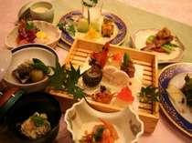 宿でのお食事は、皆様のお楽しみの一つ!料理人からスタッフまでおもてなしに勤めております。