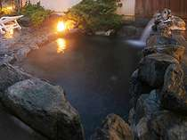 一番人気の岩露天風呂。他にも露天風呂や内湯、また宿泊者限定のお風呂もある。