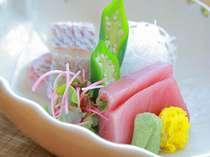 お造りが選べるサービスが人気(写真は海のお造りで、春の旬魚桜鯛と人気のマグロ)