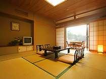常念岳や蝶ヶ岳など、季節で山の景色の移り変わりを楽しめる人気の和室10畳です。