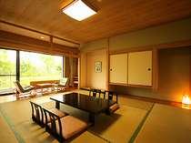 窓からは木々を望める和室。和室と自然の組合せは日本人ならではの落ち着く空間。