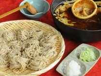 信州の郷土料理、おとうじ蕎麦。オタマのような籠にお蕎麦を入れ、熱々のダシの中でしゃぶしゃぶします。