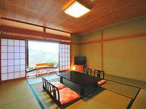 ゆったりとした広めの和室。景色を楽しみながら至福の時を過ごす。
