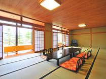 贅沢な広さを誇る和室。大人数での旅行でも快適な時を過ごせます。