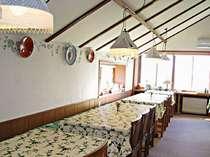 小川のせせらぎも心地よい食堂