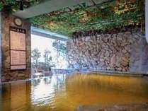 スパには信楽陶板より湧き出す数百万の気泡が全身を包み込む美泡『萬の湯』