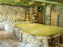 露天風呂には、信楽陶板より湧き出す数百万の気泡が全身を包み込む美泡『萬の湯』をご用意!