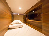 寝具にエアウィーヴを使用。充電ソケット・TV・Wi-Fi完備。