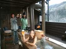 温泉露天風呂とバーベキューが同時に楽しめます。。※水着は撮影の為です