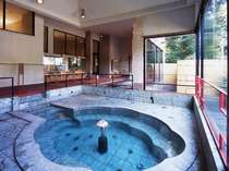 立ったまま入れる楊貴妃のお風呂。青の切石によって鮮やかな色を魅せてくれます