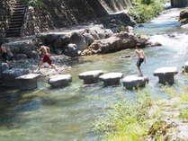 湯本温泉 音信川に新しくできた飛び石。対岸に渡れます。子供たちがぴょんぴょん飛んで楽しそうでした。