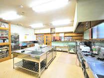持ち寄った食材を調理でき、皆でワイワイ作れる。冬季の鍋やすき焼きは最高!
