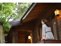 カナダ産ログハウス(春夏の外観)/静かな森の中に点在するカナダ檜づくりの別荘風宿泊施設