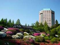 ホテルトリニティ書斎(夏の外観)/季節お花が咲き乱れます