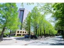 ホテルトリニティ書斎(春夏の外観)/緑が美しい季節です