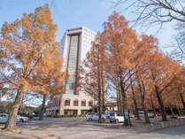 ホテルトリニティ書斎(秋の外観)/多くの方が活動拠点としてご利用されるホテルタイプの宿泊施設