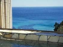 太平洋や伊豆諸島を望む無料貸切展望風呂。冬季には水平線から昇る朝日も見る事が出来ます。