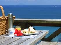 朝食は好きな時間にテラスやビーチで海を眺めながら