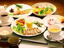 季節の旬を取り入れ、地元信州の食材を活かした洋風料理。