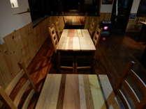 ダイニングルームのテーブルは信州の木材25種類で作られています。