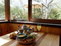 地元の新鮮な野菜に自家製パン。野鳥やリスを見ながらの朝食。ウズベキスタンで購入したお皿です