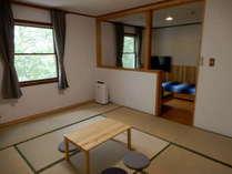 10畳の和室と洋室の和洋室。トイレ・洗面所つき。50型液晶テレビ・DVDプレーヤー、空気清浄機あり。