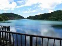 すべてのお部屋から眺められるおしどりの池。鴨やおしどりが遊ぶ姿や息を呑むほど美しい夕焼けが楽しめる。
