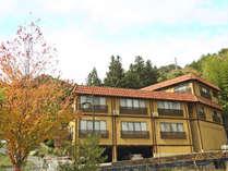 *外観 教湯の温泉街から少し離れた静かな山あいに当館はございます。