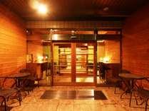◆外観《夜》◆24時間のフロント対応で安心です。※こちらは入り口ではございません。