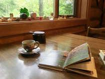 *木の香り溢れるダイニングにて淹れたてコーヒーでのんびり御寛ぎください。