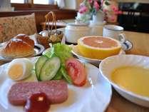 朝食メニューの一例です。ポタージュスープからフルーツまで。