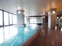 大浴場併設の半露天風呂は畳敷き(冬季は窓を一部閉めきります)