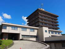 那須温泉神社すぐ近く、高台に建っています。