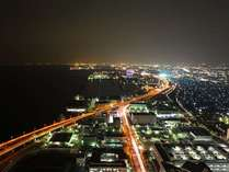 眼下に広がるパノラマ夜景。マリーナとハイウェイの景色をお愉しみください♪(北方面大阪側夜景)