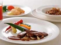 <聚景園>盛合せ前菜/ペキンダック(1人2枚)/鴨肉入りふかひれの煮込み/和牛肉のフォアグラソース他