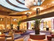 天井高17m、吹き抜けのシャンデリアが美しい、1階メインロビー