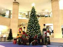 今年も登場!メインロビーに輝くクリスマスツリー♪