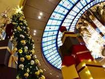 クリスマスツリーとロビーの天井17mにある豪華なシャンデリア♪