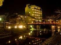 観光名所「赤い中橋」の袂にある本陣平野屋 別館。古い町並や高山陣屋まで徒歩1分と観光に便利!