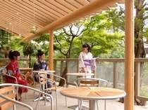 """【1階""""宿かふぇ""""】テラス席では赤い「中橋」や「宮川」を眺めながらのコーヒータイムを"""