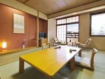 高山市街を流れる宮川沿いの12畳禁煙和室です。