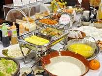 朝食バイキングでは地元の食材を中心とした「信州のおふくろの味」をお楽しみいただけます。
