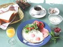 美味しいコーヒーと自家製ジャム付き厚切りトーストのご朝食
