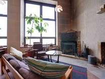 *ラウンジ/冬は暖炉に火が灯り、心まどろむ空間に。憩いのひと時をお過ごし下さい。