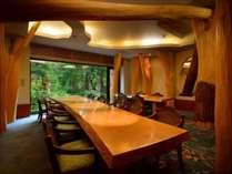 【日本料理きらく】ミズナラの木に囲まれた部屋